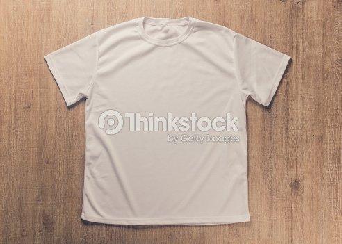 Tshirt blanc vide sur le bureau en bois sombre photo thinkstock