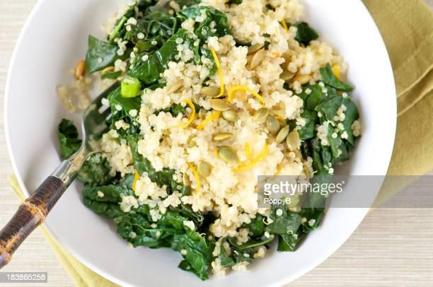Weiße Schüssel Quinoa und Grünkohl von oben