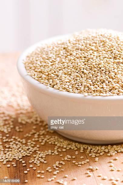 Clean Eating Serie: Raw Quinoa auf Holz