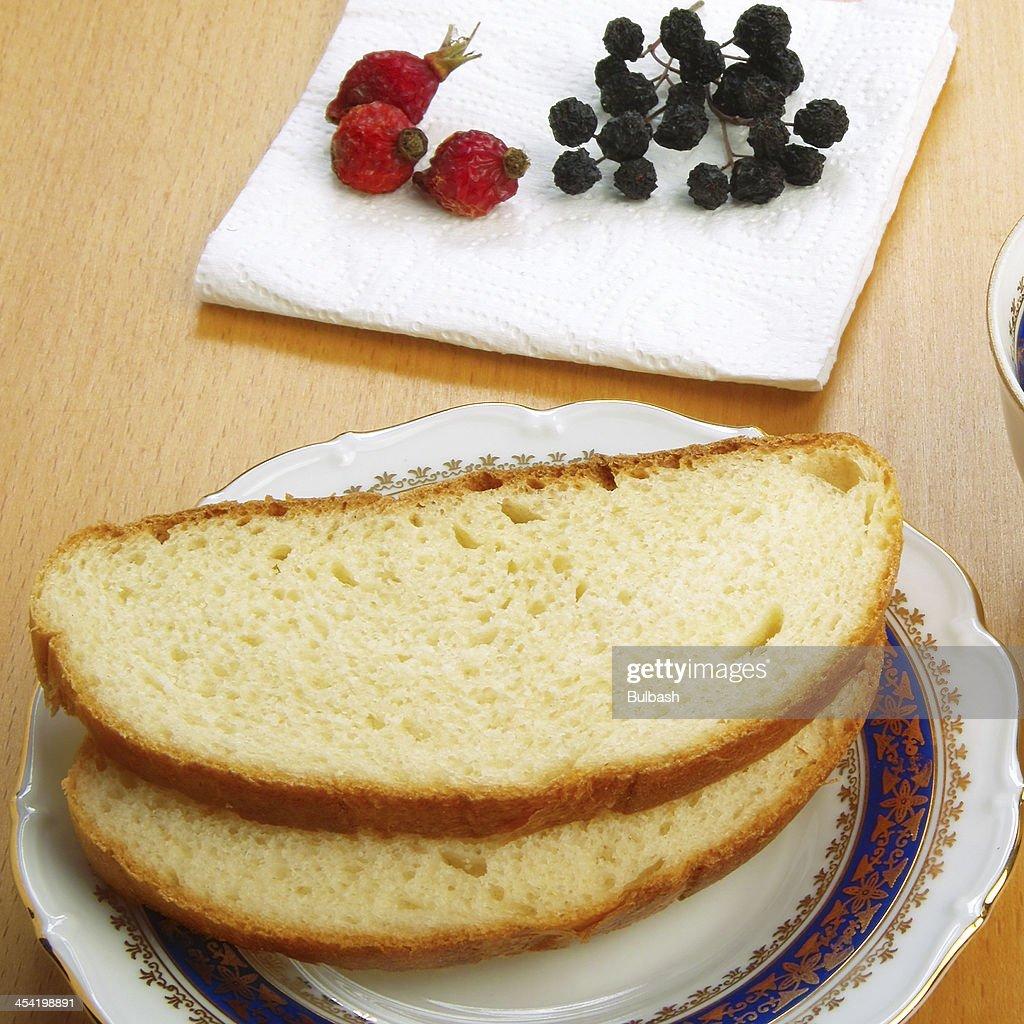 Pão branco e bagas seca : Foto de stock