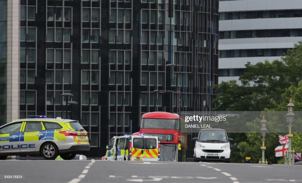 A white car is investigated by police after it is found abandoned on Westminster bridge, close to the Palace of Westminster in central London on June 28, 2016. The bridge was closed to tarffic and pedestrians while the police sent a robot to check on the vehicle on Tuesday afternoon. / AFP / DANIEL