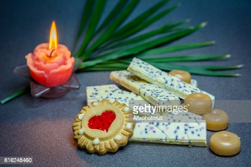 white chocolate cookies candle on a dark background. : Foto de stock
