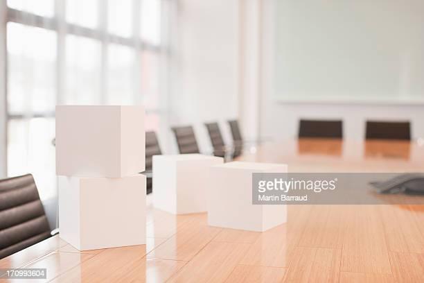 Cubetti bianco sul tavolo in sala conferenze