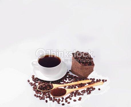 wei e tasse und schwarzen kaffee kaffeebohnen f r filterkaffee und kaffeebohnen in holzl ffel. Black Bedroom Furniture Sets. Home Design Ideas