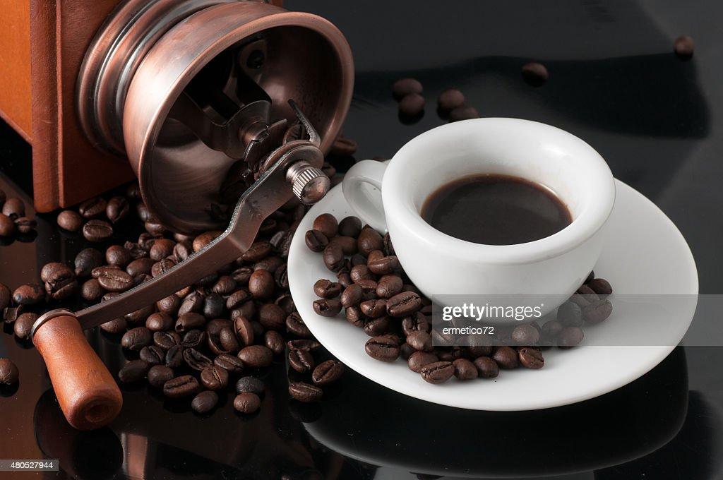 Weiße Tasse Kaffee mit alten neapolitanische Schleifmaschine : Stock-Foto