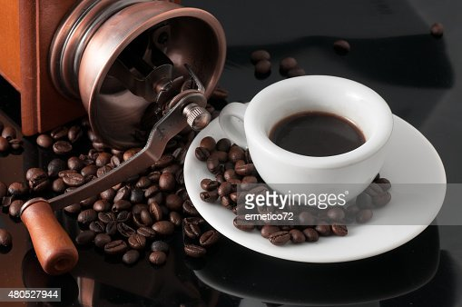 white cup with old Neapolitan grinder coffee : Stockfoto