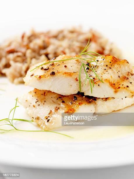 Bianco pesce con riso selvatico & salsa di burro all'aglio