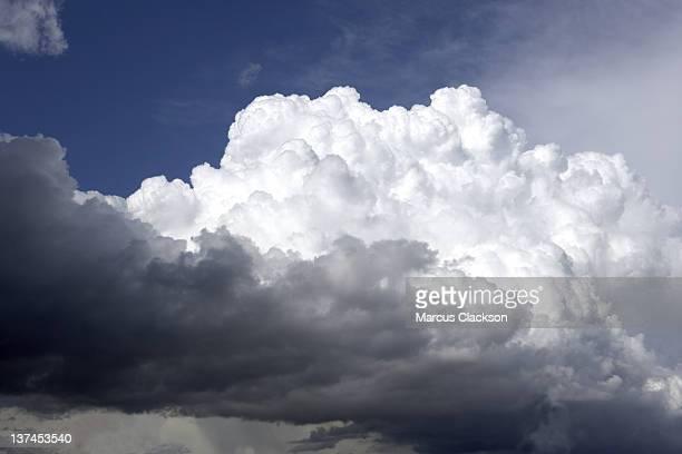Branco Fofo nuvens de tempestade sobre a!