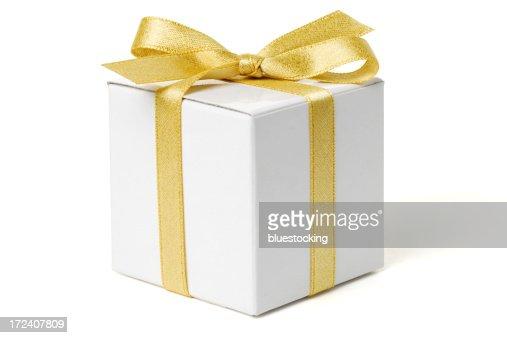 白のギフトボックスにゴールドのリボン