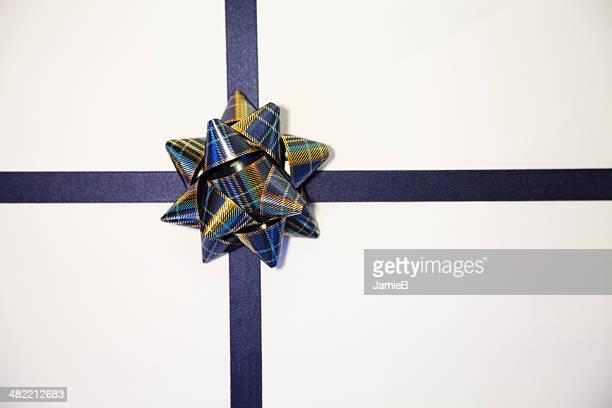 Blanc avec bow cadeau bleue