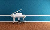 gran piano blanc bleu intérieur