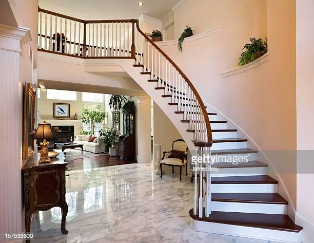 ホワイトのグランドロビーの階段を備えた、大理石のフロアーのインテリアデザイン