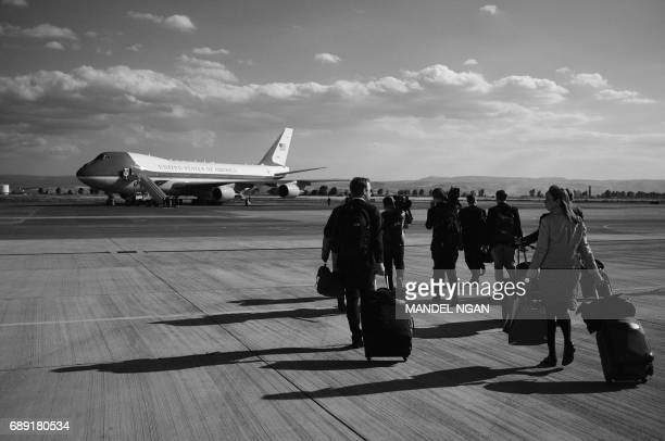 White House press corps make their way to board Air Force One afer a speech by US President Donald Trump and First Lady Melania Trump to US military...