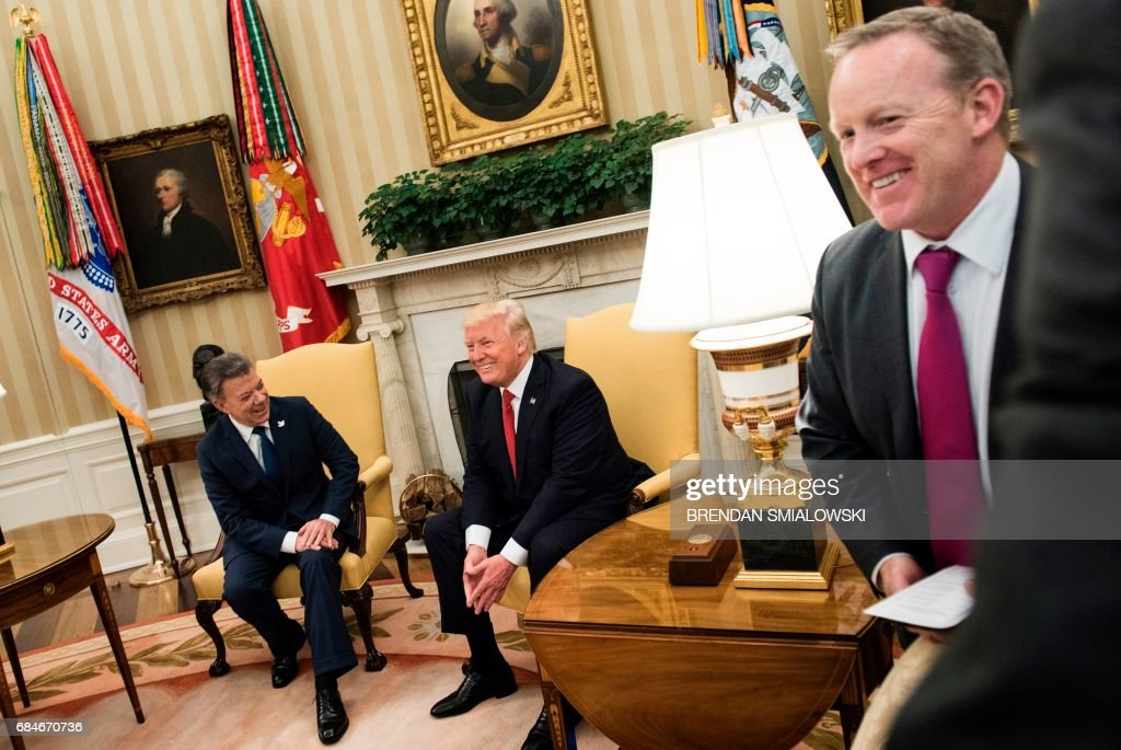 White House Press Secretary Sean Spicer (R) leaves as Colombia's President President Juan Manuel Santos and US President Donald Trump wait for a meeting in the Oval Office of the White House May 18, 2017 in Washington,DC. / AFP PHOTO / Brendan Smialowski