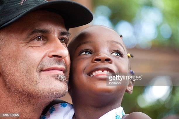 Weiße und schwarze Kind ein Blick in die gleiche Richtung