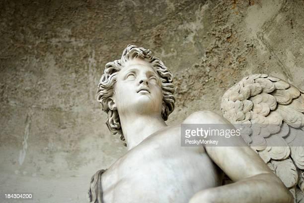 Angelo in marmo bianco si affaccia da Stone Alcove