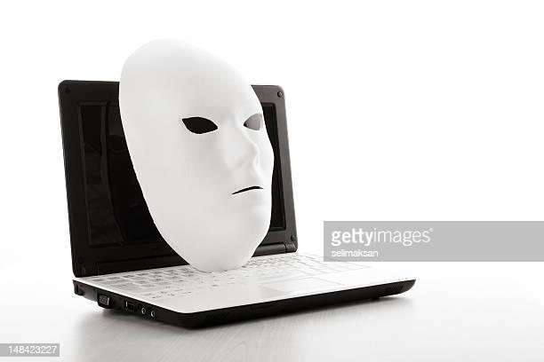 Masque blanc sur ordinateur pour Concept de sécurité Internet