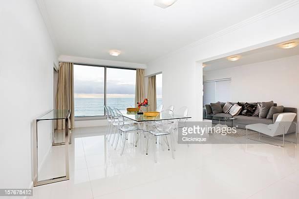Blanc moderne de salle à manger et salon avec une vue panoramique