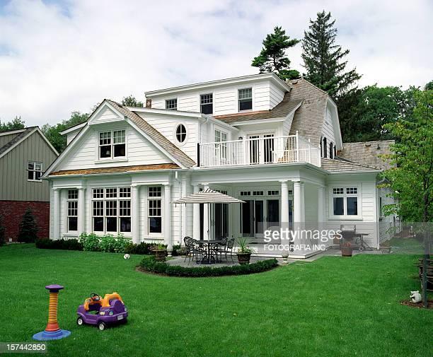 Bianco casa moderna con patio e sul prato
