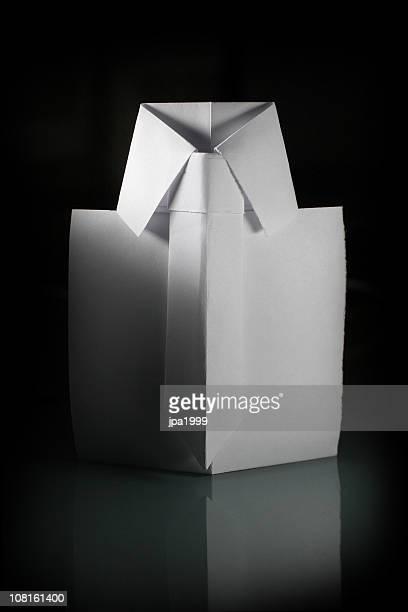 ホワイトの折り紙シャツ。
