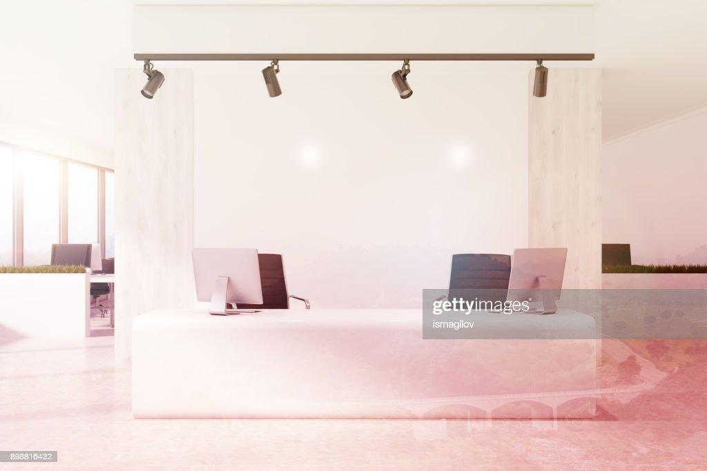 Tons blanche réception dans un bureau blanc photo thinkstock