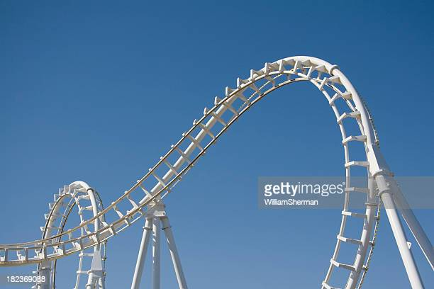 White-Achterbahn Loops gegen einen blauen Himmel
