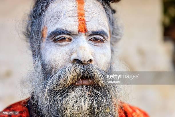 White Sadhu-Indianer holyman sitzt im Tempel