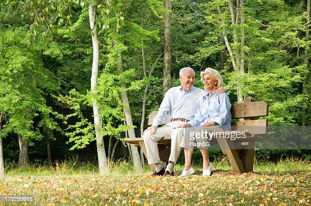 Altes Paar sitzt auf einem Park Bench