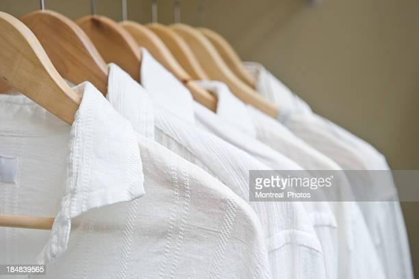Chemises blanches dans le placard
