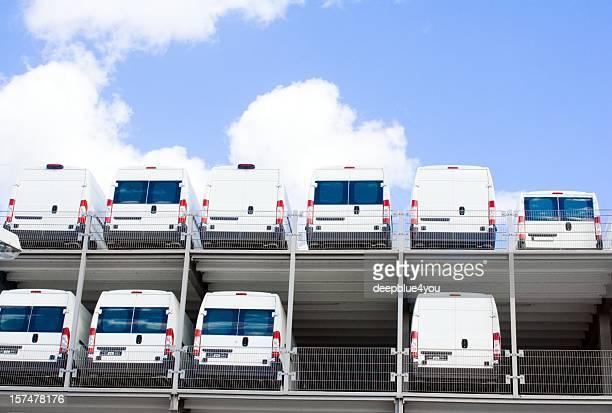 White Transporter im Autohaus auf zwei Etagen