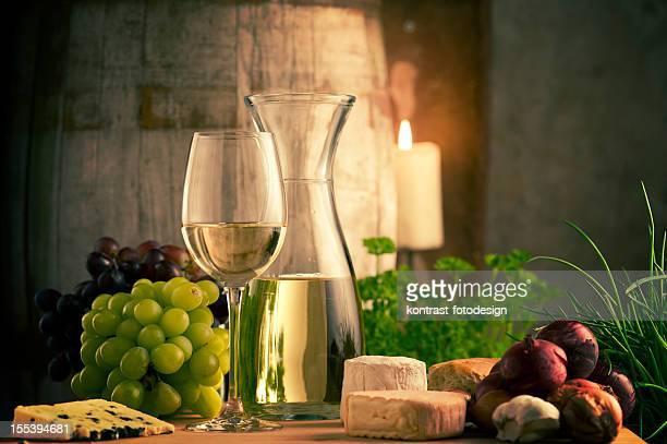Weißen Wein und Speisen in einem Weinkeller