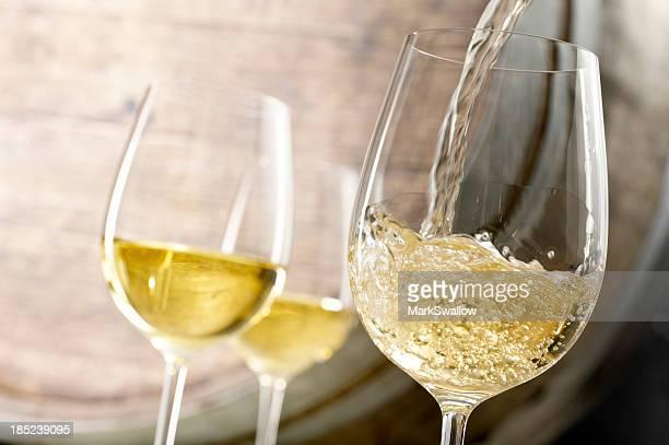 Weißwein gießen.