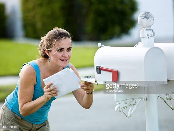 白文字のスタイルを持つ女性のメールボックスにオープン