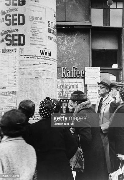 Wähler beim Studium des Verzeichnisses derWahllokale an einer LitfassSäule