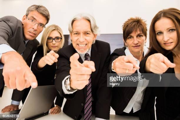 ¿Quién es la culpa? Gente de negocios, señalar con el dedo en la sala de conferencias