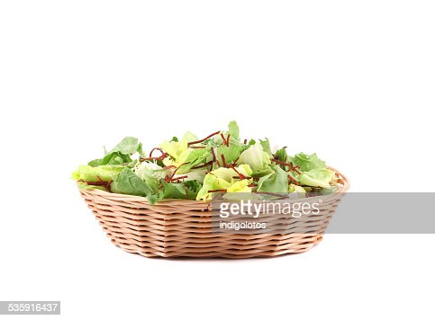 Vime cesto cheio de alface. : Foto de stock