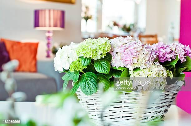 Weidenkorb mit Hortensie Blumen in Wohngebäude-Innenansicht
