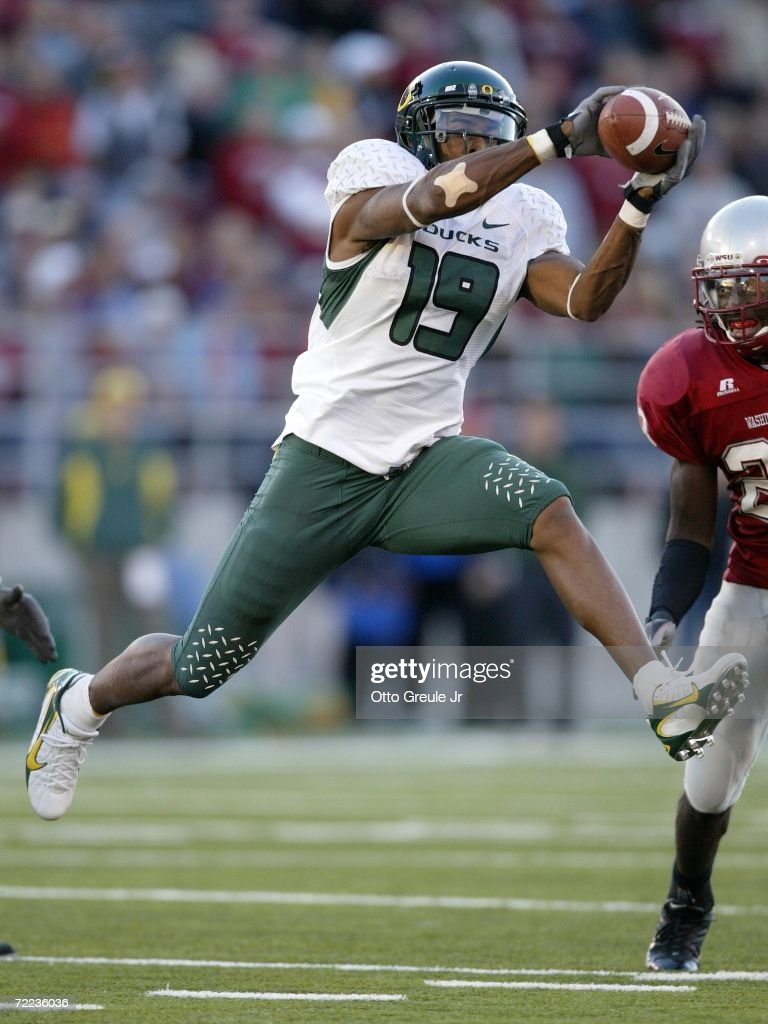 Wide receiver Brian Paysinger #19 of the Oregon Ducks makes a catch against <a gi-track='captionPersonalityLinkClicked' href=/galleries/search?phrase=Husain+Abdullah&family=editorial&specificpeople=2190074 ng-click='$event.stopPropagation()'>Husain Abdullah</a> #23 of the Washington State Cougars on October 21, 2006 at Martin Stadium in Pullman Washington. The Cougars defeated the Ducks 34-23.