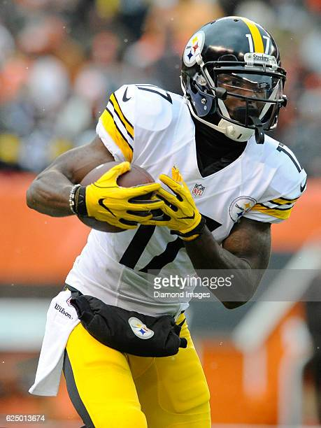 Wide receiver Eli Rogers of the Pittsburgh Steelers carries the ball downfield during a game against the Cleveland Browns on November 20 2016 at...