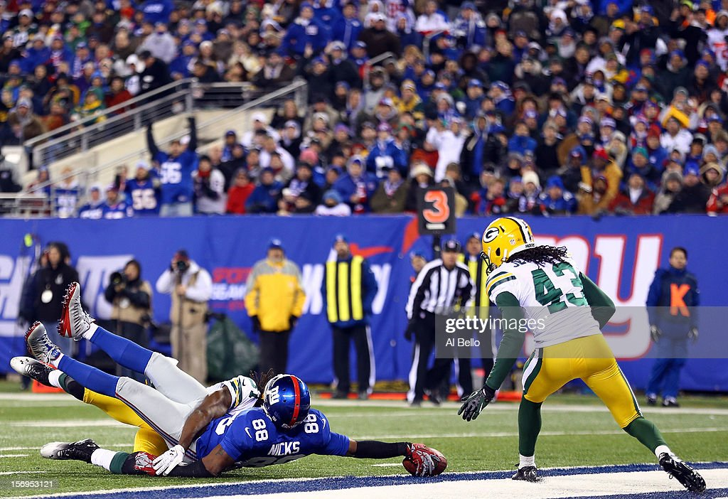 wide receiver Hakeem Nicks #88 of the New York Giants lunges for the touchdown in the third quarter against cornerback Davon House #31 of the Green Bay Packers as free safety M.D. Jennings #43 looks on at MetLife Stadium on November 25, 2012 in East Rutherford, New Jersey.