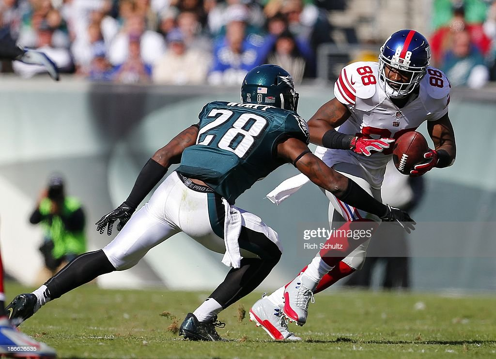 Wide receiver <a gi-track='captionPersonalityLinkClicked' href=/galleries/search?phrase=Hakeem+Nicks&family=editorial&specificpeople=3679527 ng-click='$event.stopPropagation()'>Hakeem Nicks</a> #88 of the New York Giants pushes off safety <a gi-track='captionPersonalityLinkClicked' href=/galleries/search?phrase=Earl+Wolff&family=editorial&specificpeople=6379729 ng-click='$event.stopPropagation()'>Earl Wolff</a> #28 of the Philadelphia Eagles after making a catch during the second quarter of a game at Lincoln Financial Field on October 27, 2013 in Philadelphia, Pennsylvania.