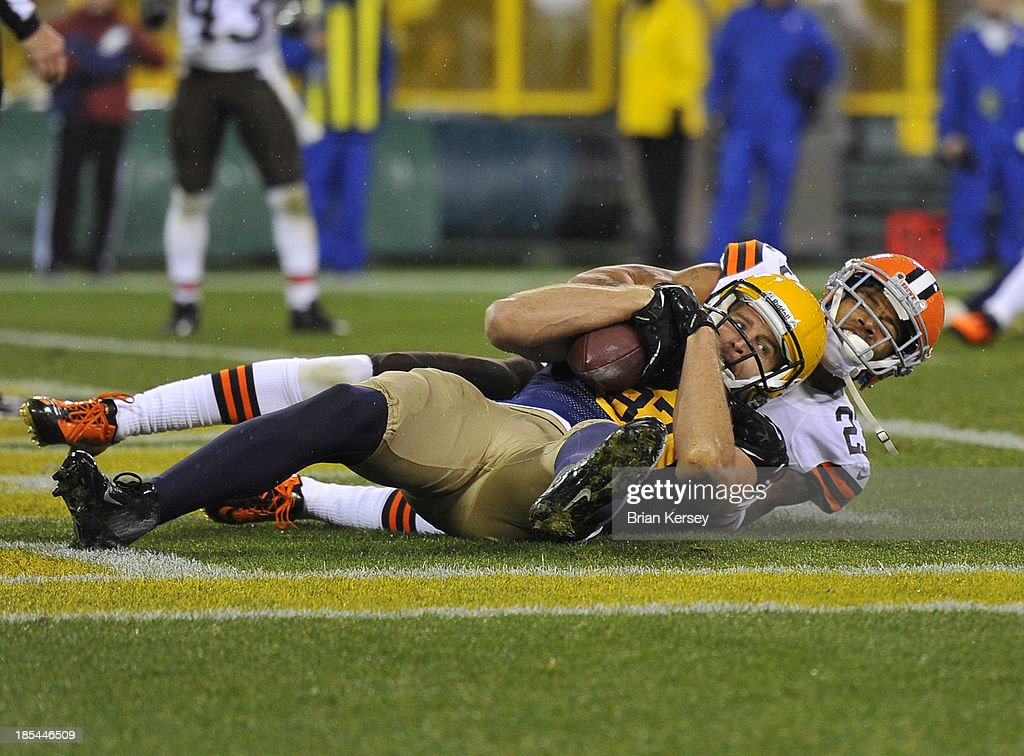 Wide receiver <a gi-track='captionPersonalityLinkClicked' href=/galleries/search?phrase=Jordy+Nelson&family=editorial&specificpeople=4062257 ng-click='$event.stopPropagation()'>Jordy Nelson</a> #87 of the Green Bay Packers comes down with a 1-yard touchdown reception as cornerback <a gi-track='captionPersonalityLinkClicked' href=/galleries/search?phrase=Joe+Haden&family=editorial&specificpeople=4489430 ng-click='$event.stopPropagation()'>Joe Haden</a> #23 of the Cleveland Browns defends during the fourth quarter at Lambeau Field on October 20, 2013 in Green Bay, Wisconsin. The Packers defeated the Browns 31-13.