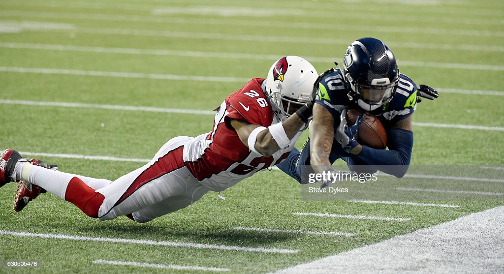 Wide receiver Paul Richardson #10 of the Seattle Seahawks brings in a catch against the Arizona Cardinals at CenturyLink Field on December 24, 2016 in Seattle, Washington.