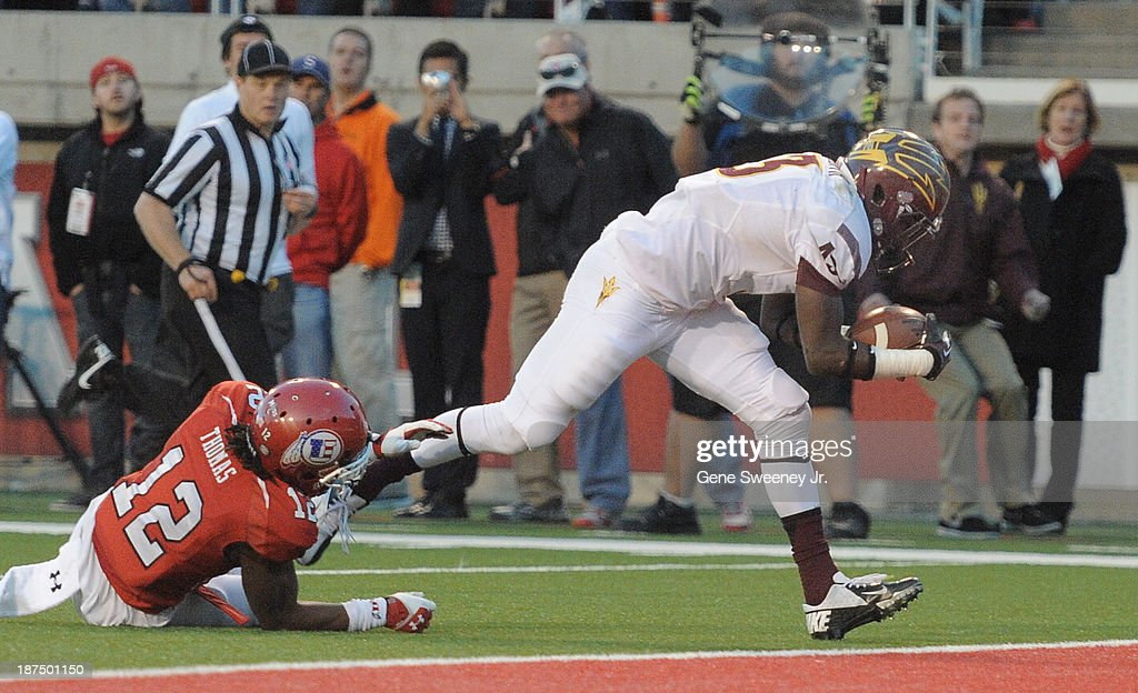 Wide receiver Richard Smith of the Arizona State Sun Devils breaks free of defensive back Justin Thomas of the Utah Utes to score with 237 left at...