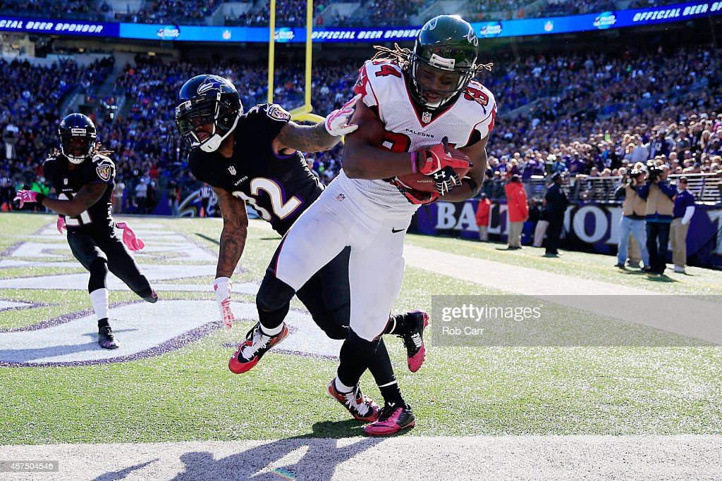 Wide receiver Roddy White of the Atlanta Falcons catched a touchdown over defensive back Dominique Franks of the Baltimore Ravens in the fourth...