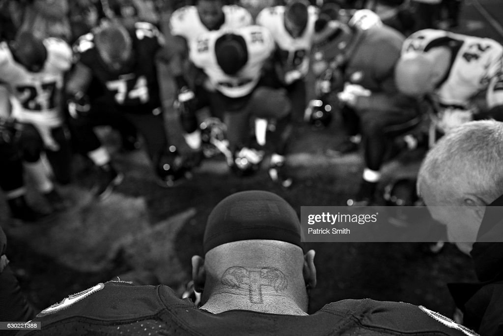 Wide receiver Steve Smith #89 of the Baltimore Ravens prays with teammates and players from the Philadelphia Eagles after the Baltimore Ravens defeated the Philadelphia Eagles, 27-26, at M&T Bank Stadium on December 18, 2016 in Baltimore, Maryland.