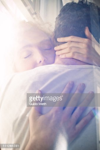 wife holdig her husband tightly : Foto stock