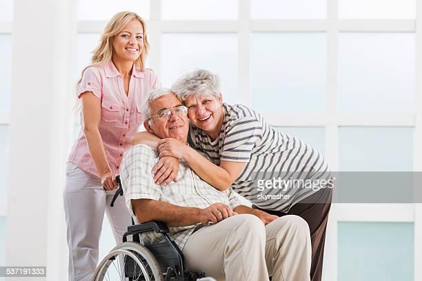 Frau, die Ihren Behinderten Mann im Altersheim.