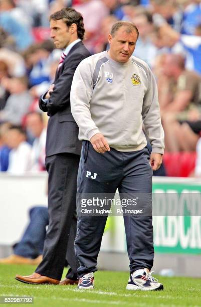Wigan's Paul Jewell looks less than happy as his side go a goal down whilst Middlesbrough's manager Gareth Southgate looks on during the FA Barclays...
