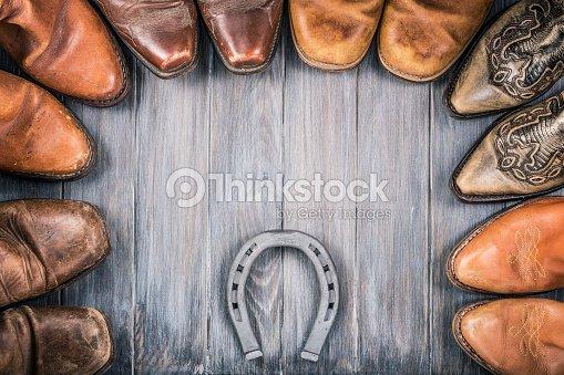 f09d3176109 Far West les concept de fond en bois avec des bottes de cow-boy retro en  cuir et du fer à cheval. Style vintage photo filtrée